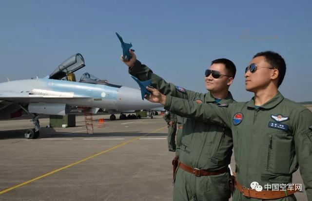 """列装苏-35战机的空军航空兵某旅,是中国空军首支飞出国门与外国空军开展联合训练的航空兵部队,被誉为""""南疆利剑""""。今年春节前夕,该旅飞行员驾驶苏-35战机从这里起飞,飞赴南海参加联合战斗巡航任务。5月11日,该旅再次执行绕岛巡航任务,苏-35战机首次与轰-6K战机编队飞越巴士海峡。(来源:央视军事报道 中国空军网)"""