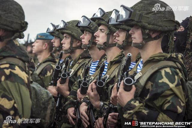 """2017年9月14号到20号,白俄罗斯与俄罗斯两国军队联合举行了代号为""""西方-2017""""军事演习。该演习规模很大,双方参演兵力超过万人,动用了370辆装甲车,150门火炮和火箭炮,约40架飞机和直升机。西方媒体认为该演习针对北约的意图比较明显。图为白俄罗斯的空降特种部队准备接受检阅。"""
