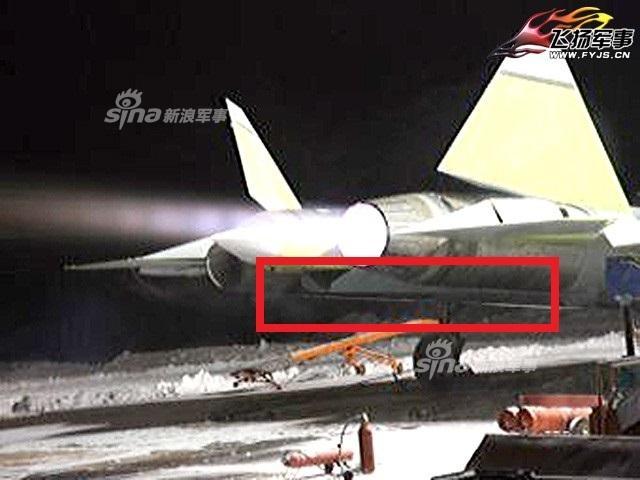 近日,网上曝光一张疑似俄罗斯第五代战机苏57打开机腹弹舱的图片。五代机为隐身考虑纷纷采用内置弹舱,我国的歼20以及美军的F22已多次展示过空中打开弹舱,而苏57则至今未有此动作,这也成为外界质疑该战机隐身性能的一个槽点。(来源:飞扬军事 sjke112)