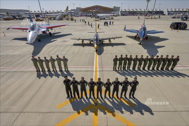 北京时间12日18时,阿联酋骑士飞行表演队在轰鸣声中飞上蓝天,拉开了迪拜航展飞行表演帷幕。飞行表演共持续约3个小时,F22、苏35、A350等10多型军、民用飞机先后进行了单机表演,俄罗斯勇士飞行表演队和八一飞行表演队也同场炫技。