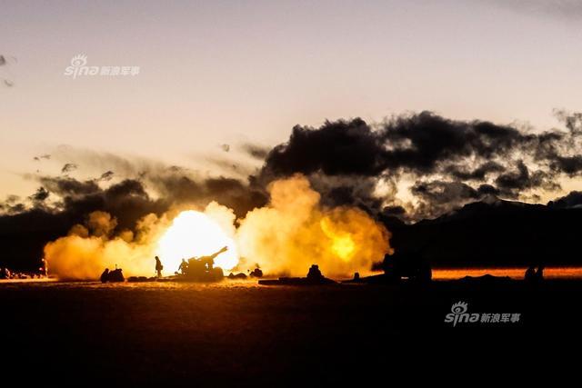 11月8日,陆军第77集团军某旅在海拔4700多米的雪域高原-13℃寒夜里组织夜间实弹射击考核,出动66式加农榴弹炮等装备,提升部队遂行全天候作战任务能力。(来源:中国军网英文)