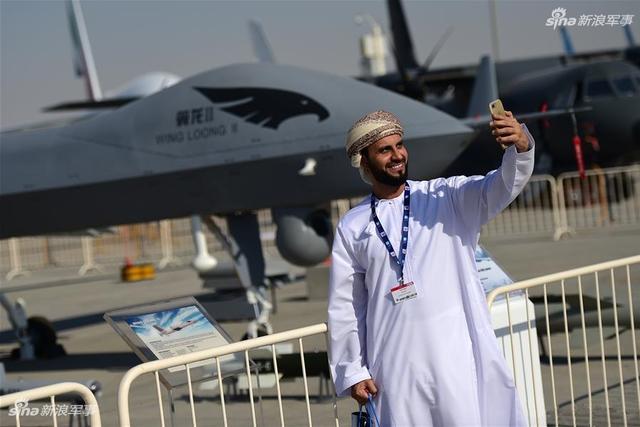 第15届迪拜国际航空展于12日至16日在阿联酋迪拜阿勒马克图姆机场举行。中国航空工业集团等中国企业携无人机、运输机、直升机、战斗机等产品参加展览。其中中航工业自主研发的无人机体系化装备和无人机系统整体解决方案是本届展品中的亮点,主要分为翼龙、云影、风云三个系列。(图片来源:中航工业 河婆大脚ason007)