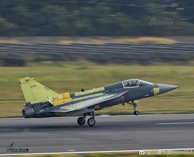 """印度LCA""""光辉""""战机SP-11于10月10日在班加罗尔机场首飞,整个首飞过程持续了大概34分钟,试飞完成后将交付印度空军第45中队,距离原本今年3月的交付期已拖延不少。(来源:河婆大脚ason007)"""