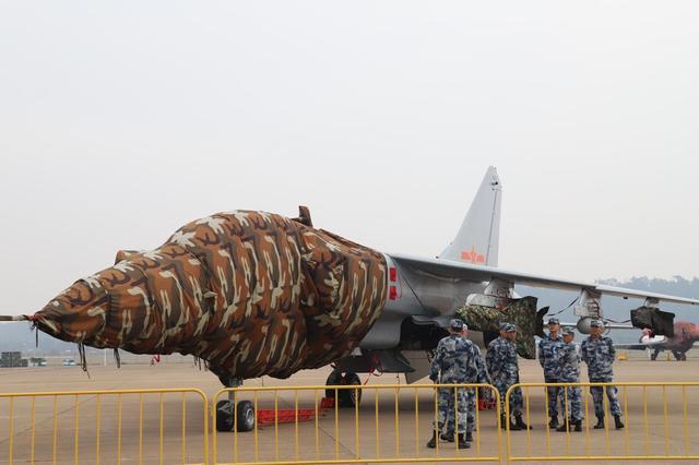 飞豹战机是中国为了弥补海军航空兵航程过短而研制的一款超音速歼击轰炸机,具备较强的对地、对海攻击能力,是目前中国海军航空兵对海作战的主力机型之一。虽然由于飞豹战机缺乏强悍的制空能力,每次出动都需要空优战机进行掩护,但对于中东等国来讲飞豹战机依然是非常理想的突击利器。