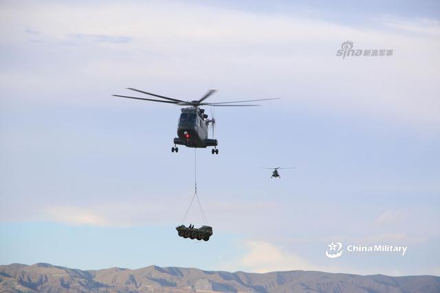 7月9日,陆军第76集团军某陆航旅开展直8G直升机飞行训练,重点针对特殊场地起降、外吊挂等课目,锤炼部队远程投送、空地一体协同作战能力。(来源:军网英文)