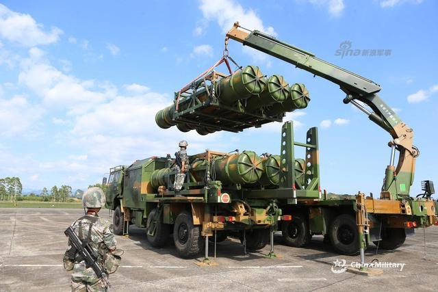 """7月10日,第75集团军某防空旅""""女子导弹连""""组织红旗16导弹快速装填训练。红旗16是我国独立研发的第三代中程防空导弹系统,作战目标为战术飞机、反舰导弹、战术空射型导弹、直升机和无人机。(来源:军网英文)"""