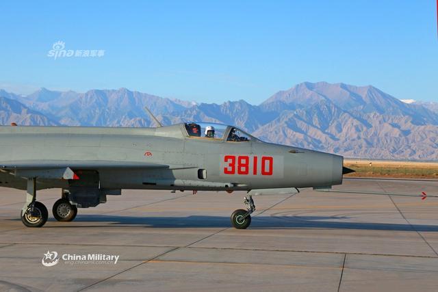 """8月8日,祁连山下,空军西安飞行学院某旅组织开展歼教7战术飞行训练,战斗特技、进攻防御战术机动等一批""""硝烟味""""浓厚的训练课目轮番上阵,飞行员技战术能力得到进一步锤炼。歼教-7是中国在米格-21教练型基础上发展的双座教练机,当时是为了训练歼-7和歼-8飞行员。(来源:军网英文)"""