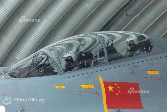 南部战区空军航空兵某旅歼11战斗机近日组织大强度飞行训练, 连续起飞、编队飞行、对抗训练,以及携带训练弹实弹实射等多个课目同步展开。(来源:军网英文)