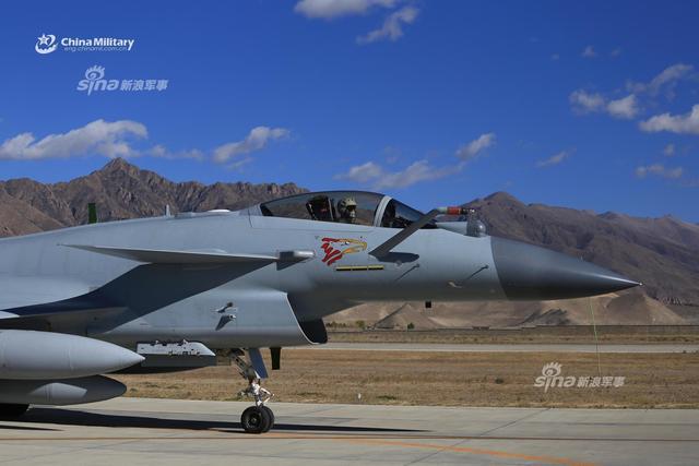 10月2日,南部战区空军航空某旅歼10C战斗机,听令后紧急携挂霹雳10和霹雳12空空导弹起飞,奔赴某空域实施警巡任务。歼-10C是中国自主研发的第三代改进型多用途战斗机,采用了更为先进的DSI进气道设计,并具有使用歼20配套的第四代空空导弹的能力。(来源:军网英文)
