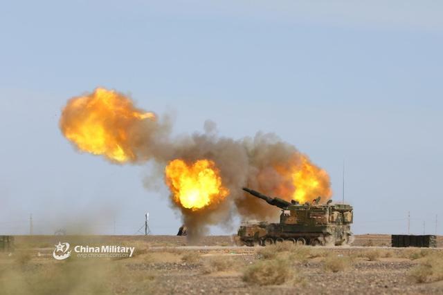 7月9日,第72集团军某旅在西北戈壁组织PLZ05自行火炮实兵实弹演练。PLZ-05为52倍口径155毫米榴弹炮,射程达40公里~100公里,大射速为每分钟8至10发,不考虑战略机动性,PLZ-05在世界现有火炮中完全可排前列。(来源:军网英文)