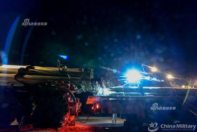 5月11日,第74集团军某炮兵旅在西北戈壁组织远程火箭炮实战化演练,锤炼部队打赢能力。(来源:军网英文)