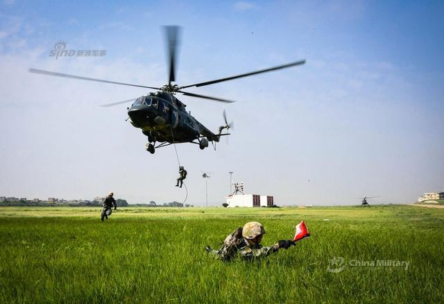 """6月12日,第73集团军某陆航旅组织米-171直升机机降协同训练,通过火力支援、兵力投送、快速机降等课目训练,进一步锤炼部队联合作战能力。米171是前苏联研发的中型运输直升机。正如北约给他起的绰号""""河马""""一样,这种直升机简单耐用,十分皮实,是我军陆航现阶段的主要装备之一。(来源:军网英文 DS走进哈佛)"""