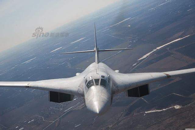 """图-160轰炸机是上个世纪70至80年代研制的一款强大的超音速变后掠翼远程战略轰炸机,由于可以携带核武器和常规武器深入敌人内陆作战,是俄罗斯威慑对手的杀手锏武器。随着现役图-160轰炸机的""""接班人""""图-160M2的首飞成功,俄罗斯未来将为它配备新一代的NK-32-02发动机,这令其具有更优秀的飞行性能。(来源:鼎盛军事)"""