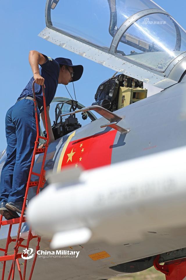 8月8日,天气酷热,南部战区空军航空兵某旅歼11战机组织大强度飞行训练, 连续起飞、编队飞行、对抗训练,以及携带训练弹实弹实射等多个课目同步展开。(来源:军网英文)
