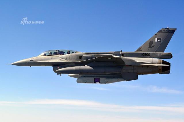 巴基斯坦目前总有76架F16战机,分别服役于巴空军8/9/11中队。巴基斯坦最初向美国采购了40架F-16A/B,之后美国又交付了14架F-16A/B以及18架F-16C/D,2014年,巴基斯坦又从约旦买来了13架二手F-16A/B。2016年5月,巴国开始与土耳其洽谈升级本国所有F-16的项目。