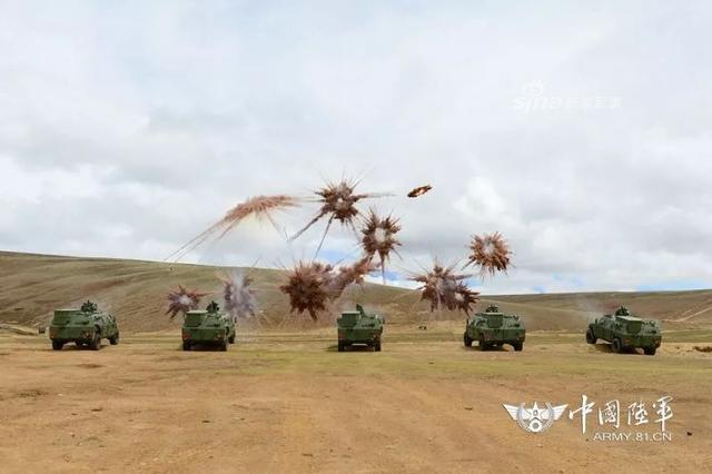 连日来,驻藏某合成旅将所属侦察分队拉到海拔4500多米的某陌生地域展开侦察兵专业集训,他们克服高原高寒极度缺氧带来不利因素,不断突破身体、心理极限,全面锤炼侦察兵的战术素养、战斗技能和意志作风。官兵除了使用单兵火箭和榴弹发射器进行射击之外,还进行了枪榴弹射击和布雷训练。(图源:中国陆军)