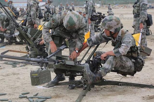 新浪军事深度:QJG02式14.5mm单管高射机枪采用导气式自动原理,枪机回转式闭锁机构,机匣经冲、铆、焊而成,枪管采用冷精锻并经激光强化处理,5发一节可散弹链供弹,后坐一次输弹到位。全枪结构简单,外形美观,战斗与行军状态转换迅速,精度高,机构动作可靠,且大量采用轻合金材料减轻了质量。