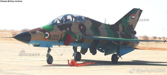 5月14日,中国航空工业山鹰飞机在非洲苏丹举行商务交接典礼仪式,并进行了多架山鹰飞机编队飞行表演。苏丹空军于2016年初订购了6架,山鹰可携挂PL-9C空空弹以及无制导炸弹火箭发射巢等对空对地武器,是一款适合第三世界空军的价廉物美的作战飞机。(来源:jetfight2000 贵飞公司)