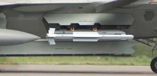 近日网上再曝我军歼20战机侧弹舱挂霹雳-10空空导弹新照,但从弹舱细节以及旋臂可以发现该照应该是PS的!此前空军某飞训基地歼20地面携挂霹雳-10红外成像制导格斗空空弹就曾在央视曝光,视频显示该机腹部主弹仓及前机身两侧副弹仓门均呈开启状态。(来源:飞扬军事)