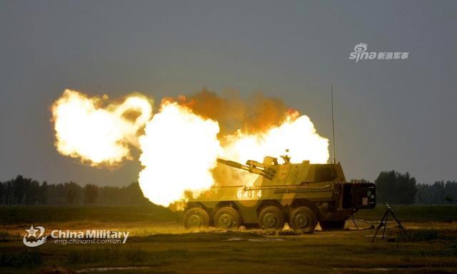"""7月9日,第80集团军某合成旅围绕""""侦、控、打、评""""火力打击链路,组织09式122mm轮式榴弹炮实弹射击训练,突出全自动射击,全面锤炼官兵指挥协同和精确打击能力。据悉,09式122毫米车载自行榴弹炮除了我军装备使用外,还出口到了老挝。(来源:军网英文)"""