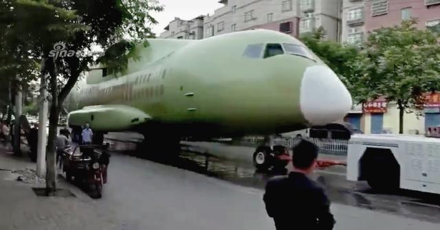 近日网上一架运输机机身驶经闹市,引发网友热议。有人称这是中国最新研制的运30运输机,但事实上该机仅为运-20的0号机,是专门用于强度测试等试验的,有网友称这架运20将被改装为模型。(图源:浩汉-红鲨RedShark 堂吉CG诃德 看航空)