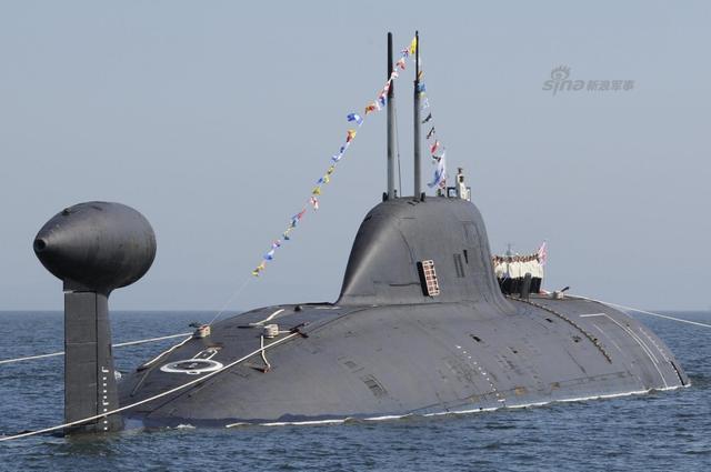 """虽然印度已经开始建造并服役国产的核潜艇,但是印度海军依然缺乏这类先进的水下利器。在早年从俄罗斯租借了一艘971级核攻击型潜艇之后,印度一直在寻求获得第二艘类似的核攻击潜艇。据《今日印度》12月4日消息,印度已经赴俄商议租借第二艘""""阿库拉""""级核攻击潜艇来配备海军。"""