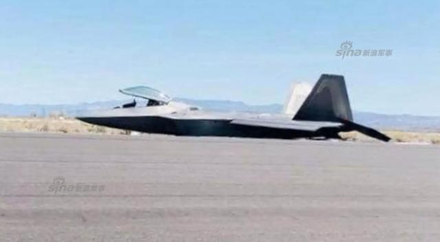 上周五,美军一架F-22在法伦海军航空站起飞失败,沿着跑道摩擦滑行,事后据称是因为起落架收得太早了。而在2012年,美军另一架F-22也在触地复飞时起落架收太早,而沿着跑道摩擦,修了6年了花了接近半架F-22的钱才修好。
