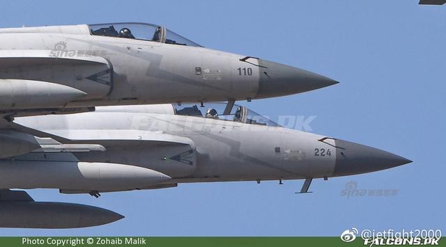 简氏防务从吉隆坡亚洲防务展最新报道,马来西亚与巴基斯坦正就购买JF-17枭龙战机一事进行初步的商谈。一旦签署购买协定,巴基斯坦航空联合体(PAC)将协助马来西亚空军建立起当地的维护和修理设施。  (来源:jetfight2000)