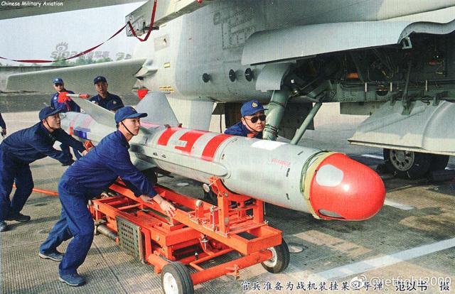 南部战区空军航空兵某部地勤人员正为歼轰-7A挂装KD-88空地弹。对地攻击的KD-88系列导弹是在鹰击-83A的基础上研制的,配合数据链吊舱对地打击能力更强。是飞豹战机对地攻击的主要武器。(来源:jetfight2000)