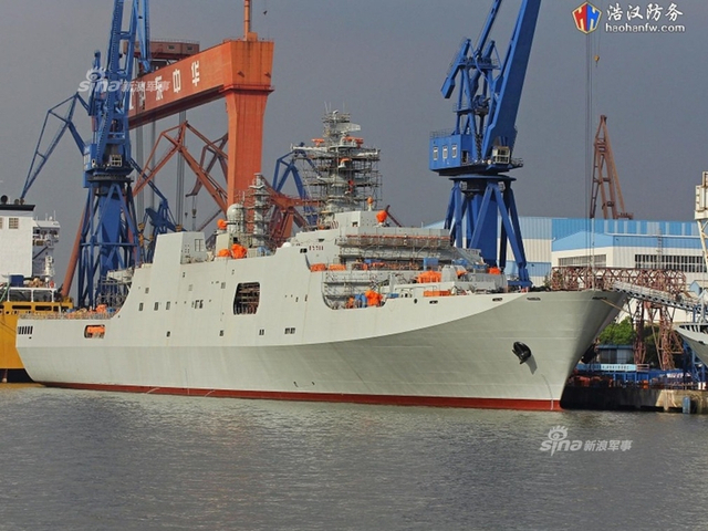 """中国海军名为""""龙虎山舰""""的第5艘071型船坞登陆舰,近日通过双拥共建城市江西省鹰潭市民政局官网的一则公开征集通知亮相,进入公众视野。通知还给出了龙虎山舰的""""情况简介"""":""""海军龙虎山舰是071型综合登陆舰,舰长210米,型宽28米,最大排水量29000余吨,目前为我自行设计建造的最大两栖战舰。""""而据简氏防务周刊消息,第6艘071也已经开建。(来源:浩汉防务)"""
