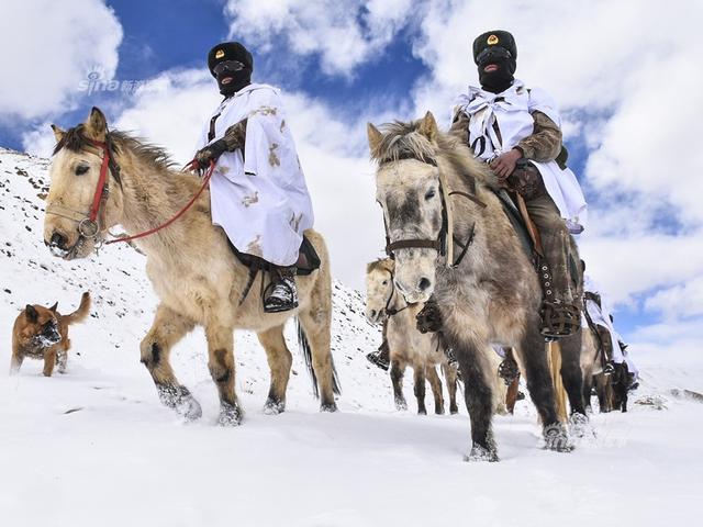 中国西藏阿里高原多地普降大雪,气温降至-20℃左右,部分地段积雪厚度达到1米左右。2月11日,驻守在海拔4,600多米的中国陆军某边防团波林边防连加强边境管控力度,采取乘马与徒步相结合的方式对海拔5,300多米的执勤点位实施边防巡逻,确保边境地区的安全稳定,迎接春节的到来。(来源:VCG 三剑客)