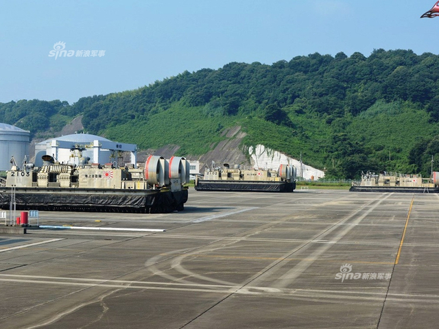 近日日本海自LCAC气垫登陆艇基地曝光。LCAC气垫登陆艇是大型两栖舰艇的标配,是两栖作战中由海向陆的重要一环,具有进攻性特征。所以海自的这型气垫登陆艇曝光率极低,也未见向民众开放记录。(来源:飞扬军事)