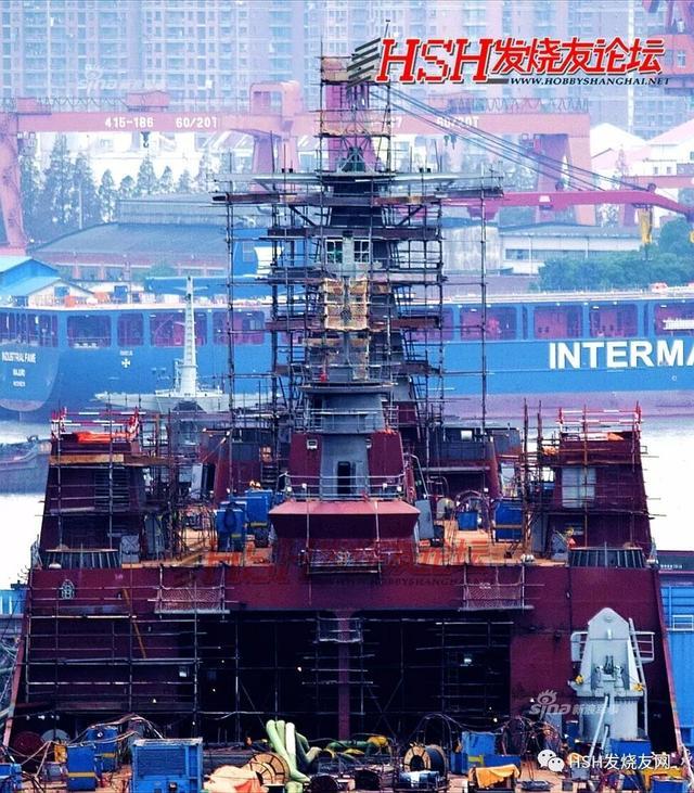 近日网友曝光了解放军第6艘071级船坞登陆舰的舾装现场照。071型登陆舰是除航母外我军吨位最大的战斗舰艇,是台海和南海方向两栖作战的主力。而此前解放军071型综合登陆舰5号舰在沪东中华造船厂已经基本建造完成。(来源:HSH发烧友网)