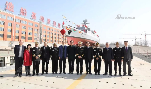 """2018年2月12日,武船集团为孟加拉海军建造的轻型护卫舰""""奋斗号""""在武船双柳基地顺利下水。""""奋斗号""""具备在热带环境下探测、识别和打击水面、空中及陆上目标的能力,同时能够执行海事监督巡逻、近岸资源和设施的保护、搜索营救等各项任务。据悉""""奋斗号""""是武船集团为孟加拉海军建造的第七艘舰艇装备,疑似安装SR2410C雷达,该型雷达此前已现身我国出口至孟加拉海军的053H2型护卫舰""""阿布-巴卡尔""""号(舷号F15)上。(来源:中船重工武船集团)"""