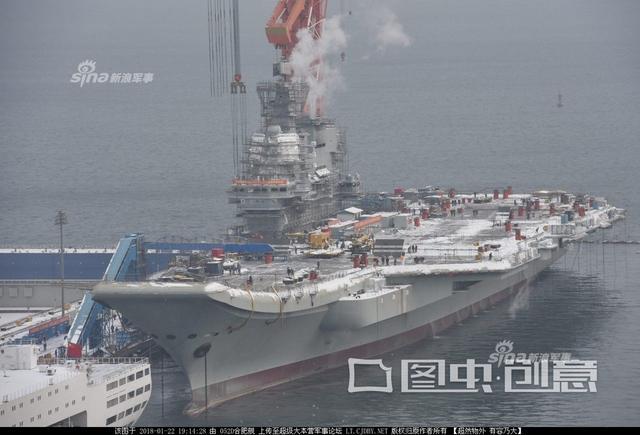 近日北方下雪,正在辽宁大连船厂中进行紧张施工的我国首艘国产航母也披上了素裹银装,而航母保障船也已经就位。航母烟囱中冒出热气,疑似在进行动力测试。(来源:超大 052D合肥舰)