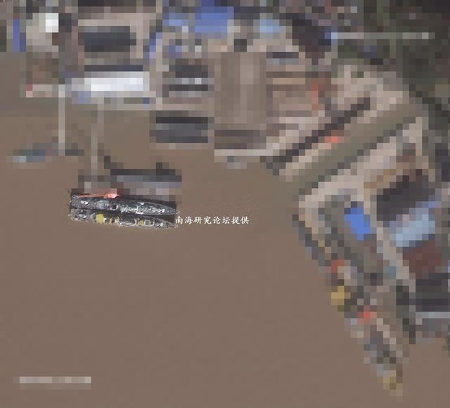 近日网友曝光我军136驱逐舰最新照,136驱逐舰的改装工作疑似已经进入收尾阶段。杭州号升级主要换装了国产鹰击-12超音速反舰导弹、国产红旗-16中近程舰空导弹系统,以及国产红旗-10红外成像/被动雷达制导近程舰空导弹等。(来源:南海研究论坛)