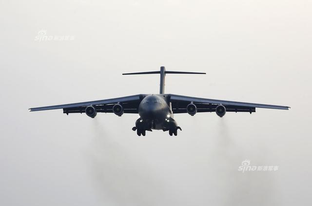 近日最新一架运20交付解放军,据悉该架为06号。而在此之前,涡扇-20发动机在中国飞行试验研究院的伊尔-76试验机上进行测试的图片也已曝光,可见在新的一年里运20的好消息将不止产量蹭蹭上涨了。(来源:军网英文)