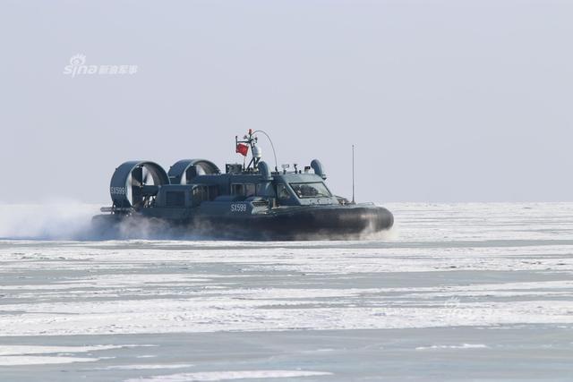 中国陆军边防某旅巡逻艇大队官兵驾驶某型气垫船巡逻执勤,提高边境处突应突能力。(来源:军网英文)