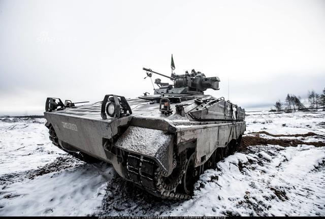 """近日德国联邦国防军第12坦克旅第122摩托化步兵营在立陶宛Pabrade训练场展开了一场冬季背景下的战术演习。之前有媒体报道称,德国联邦国防军目前服役的豹2主战坦克群,其中只有三分之一具备作战能力,其他坦克不是处于升级当中,就是列为""""备件不足""""无法作战的状态,而其全部现役的坦克总数也不过才244辆。但从这次演习中的迷彩设计和雪地伪装来看,德军训练严谨,战力还是不可小视的。(来源:超大 悍马骑士)"""