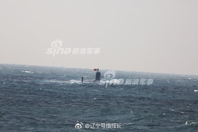 11日进入中国钓鱼岛毗连水域的093B核潜艇,12日下午在中国东海的公海上浮出水面,并挂起了中国国旗,这也是第一次曝光了神秘的中国093B导弹核潜艇。此前,日本海上自卫队第15护卫舰大队的大淀号护卫舰(DE-231)和大波号驱逐舰(DD-111)参与追踪了潜艇。(图片来源:辽宁号指挥长 大江户战士OedoSoldier 河婆大脚ason007)