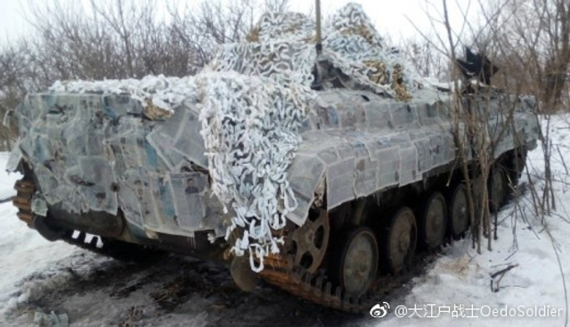 乌克兰第24机械化步兵旅的BMP车身帖报纸当雪地迷彩,一种苏联时代流传下来的做法,其他军队也曾经使用过类似的方法 。(来源:大江户战士OedoSoldier)
