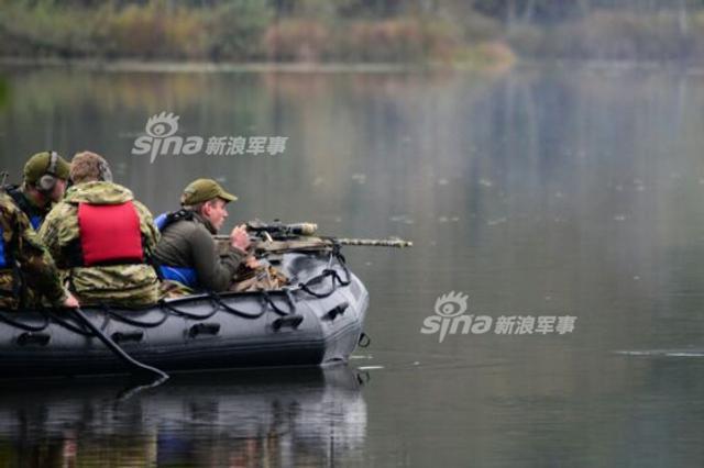 """每年10月底,北约国家都会在德国格拉芬沃特训练场举行""""欧洲最佳狙击组""""竞赛。由于这项比赛过于保密,一般只有少数的照片公开流出。近日网友就曝光了去年的比赛盛况。(来源:梁无咎)"""