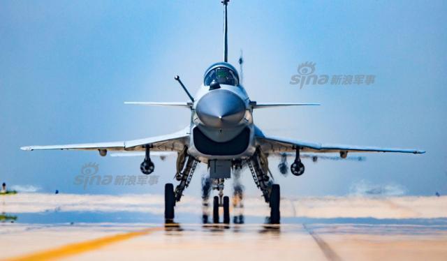 2018新年伊始,中国航空工业披露一则有趣的信息:中国完全自行研制的第三代战斗机——歼10正在加速生产!在更为先进的歼20战斗机已经投产服役的今天,同属于成都飞机工业集团的歼10,为什么还在加速生产呢?