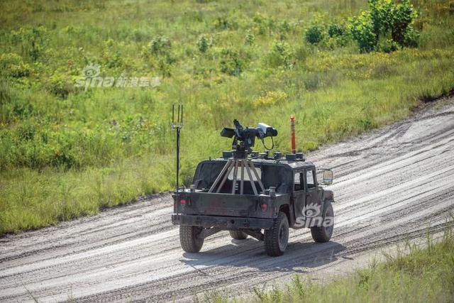 美国近期对能够自动驾驶的军用悍马高机动车进行测试,卡车配备了一部口径为0.50英寸、可以自动识别设计目标的重机枪,同时配备自主远程参与系统以和驻地附近的指挥车辆进行通信,这个系统能够通过自动目标检测和用户指定来缩短识别目标的时间。(来源:空军世界)