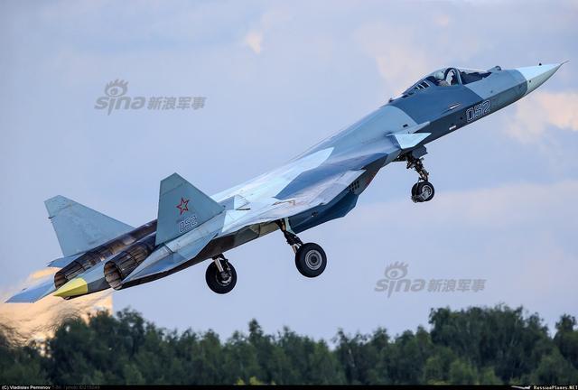 俄罗斯苏-57战机以前的编号为T-50,它是一款单人单座双发的重型隐身战斗机,于2010年1月29日首飞。最近俄罗斯国防部表示苏-57战机将在2019年投入使用,第一批12架将用于实验性的战斗任务。未来苏-57战机将是俄罗斯与欧洲在空中展开博弈的主要武器之一,它有能力在距离200公里的地方发射导弹,这一性能让整个欧洲感到焦虑,因为目前还没有想到办法来应对它。(来源:鼎盛军事)