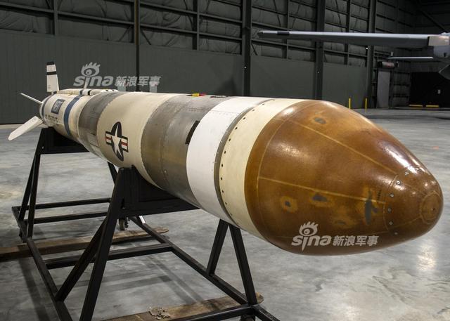 """F-15""""鹰""""是一种双发高性能全天候空中优势战斗机,由于该机的高推重比(正常起飞重量推重比约为1.04),""""鹰""""曾被选中执行神秘的""""卫星杀手""""任务。美国研制出沃特ASM-135A反卫星(ASAT)导弹,导弹没有战斗部而是通过一个小型动能杀伤战斗部,通过红外制导方式撞击卫星。F-15A则被改装用于沃特ASM-135A的测试。(来源:空军之翼)"""