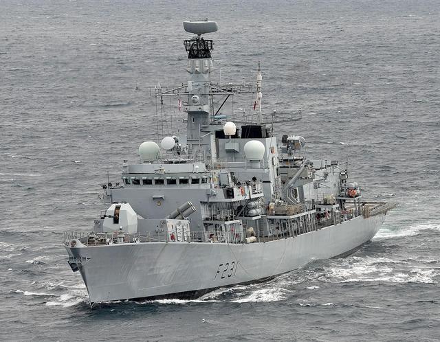 """英国防长日前宣称,英国战舰将从澳大利亚启航,经由南海返英国,以捍卫""""自由航行""""权利,但拒绝透露该舰会否驶入南海岛礁12海里范围内。讽刺的是,英国此刻并无大舰可用,全部6艘45型驱逐舰趴窝,不知哪来的底气。"""