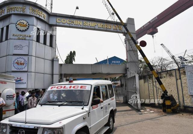 """2月13日上午约11时,印度科钦造船厂发生大爆炸事故,据悉,事故起因是科钦造船厂内正在维修的印度石油天然气公司(ONGC)拥有的,一艘名为Sagar Bhushan的海上石油钻井平台发生了爆炸。印度科钦造船厂是印度最大的、实力最雄厚的造船企业。它目前正在进行舾装的最大最复杂军舰,是印度海军首艘国产航母""""维克兰特""""号,尽管它从2011年底下水到现在已经造了快7年还没好。"""