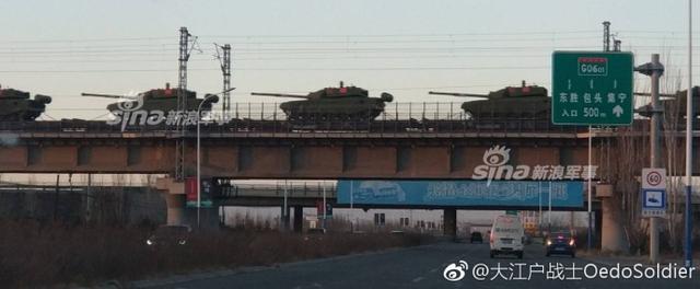 近日网友拍到大批崭新的99A坦克从包头运出。如果谈及中国坦克,那么现在大家可以很自豪的说,中国已进入世界一流水平,特别是最新的99A型坦克,已经与美制M1,德国豹2一起争抢世界坦克三强的排名。(来源:大江户战士OedoSoldier)