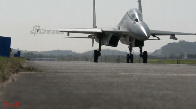 近日我军西部战区空军列装国产歼-16战机的消息曝光,据悉空军已开始换装歼-16的两个航空兵旅,正从纯制空型部队向多功能部队转型。公开报道显示,目前被歼-16多用途战机替换的是歼-7、歼-11两型纯粹制空型战机。(来源:鼎盛 007兄弟)